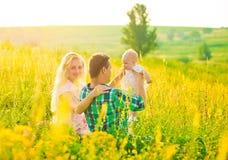 rodzinne tła ojca dziecka szczęśliwa matka odizolowana w białych smile young Obraz Royalty Free