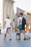 Rodzinne walkin mienie ręki Rzym (watykan) obrazy stock