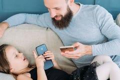 Rodzinnego bezczynnie czasu wolnego dziewczyny tata komunikacyjny telefon fotografia stock