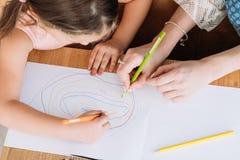 Rodzinnego czasu wolnego córki pomysłowo macierzysty rysunek obraz royalty free