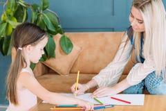 Rodzinnego czasu wolnego córki pomysłowo macierzysty rysunek zdjęcia stock
