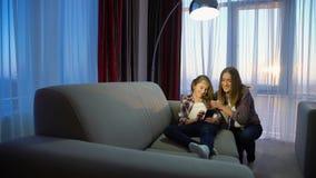 Rodzinnego czasu wolnego dziewczyny mamy domu komunikacyjna rozrywka obrazy stock