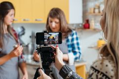 Rodzinnego kulinarnego wideo bloga kulinarny kurs fotografia stock