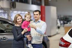 Rodzinnego kupienia nowy samochód obraz stock