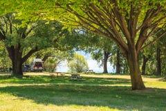 Rodzinnego wakacje wycieczka, leisurely obozuje w motorowym domu w campsite, Szczęśliwy wakacje wakacje w Karawanowym campingowym Zdjęcie Royalty Free