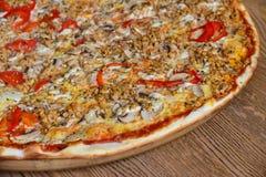 Rodzinnej pizzy drewniany tło obrazy royalty free