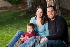 rodzinnej trawy szczęśliwy obsiadanie Obraz Stock