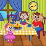 Rodzinni koty jedzą tort wpólnie Zdjęcie Royalty Free