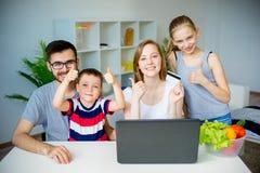 Rodzinni kupienie sklepy spożywczy online obrazy royalty free