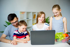 Rodzinni kupienie sklepy spożywczy online obrazy stock