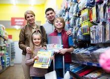 Rodzinni kupienie zeszyty Fotografia Stock