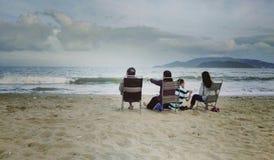 Rodzinni odświętność boże narodzenia przy plażą obraz royalty free