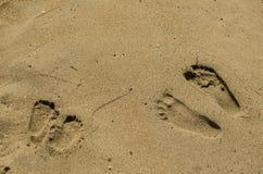 Rodzinni odciski stopy w piasku fotografia stock