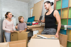 Rodzinni odpakowań pudełka z nowym meble Zdjęcie Stock