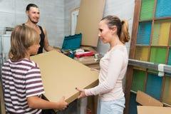 Rodzinni odpakowań pudełka z nowym meble Fotografia Royalty Free