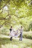 rodzinni szczęśliwi bawić się potomstwa zdjęcia stock