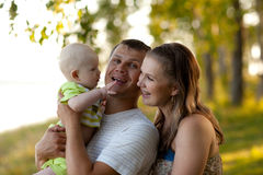 rodzinni szczęśliwi potomstwa Fotografia Royalty Free