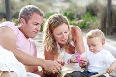 rodzinni szczęśliwi potomstwa zdjęcie stock