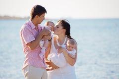 rodzinni szczęśliwi potomstwa Zdjęcia Royalty Free