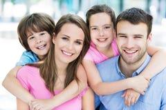 rodzinni uśmiechnięci potomstwa Zdjęcie Royalty Free