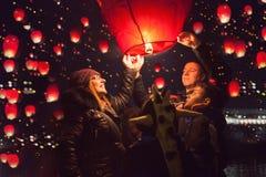Rodzinni uwolnienia nieba lampiony dla humanitarnej akci, Novi Sa zdjęcie royalty free