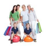 Rodzinni z torba na zakupy szczęśliwi pokolenia fotografia stock