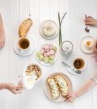 Rodzinny łasowania śniadanie, grzanki z chałupa serem, topview Obrazy Royalty Free