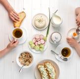 Rodzinny łasowania śniadanie, grzanki z chałupa serem, topview Fotografia Royalty Free