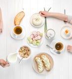 Rodzinny łasowania śniadanie, grzanki z chałupa serem, topview Obraz Royalty Free