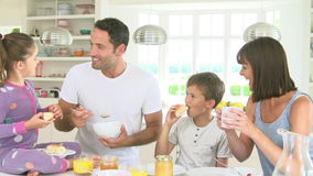Rodzinny łasowania śniadanie w kuchni wpólnie zbiory