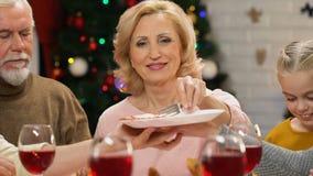 Rodzinny łasowania mięso przy wakacje stołem, odświętność boże narodzenia wpólnie, zbliżenie zdjęcie wideo