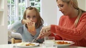 Rodzinny łasowanie posiłek W Domu Wpólnie zdjęcie wideo