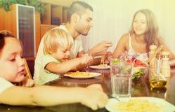 Rodzinny łasowanie spaghetti obrazy stock