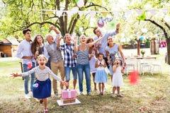 Rodzinny świętowanie lub ogrodowy przyjęcie outside w podwórku fotografia royalty free