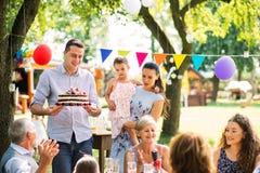 Rodzinny świętowanie lub ogrodowy przyjęcie outside w podwórku zdjęcia stock