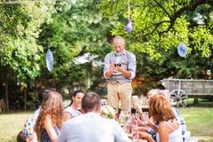 Rodzinny świętowanie lub ogrodowy przyjęcie outside w podwórku zdjęcie royalty free