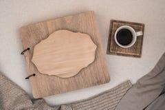 Rodzinny album z drewnianą pokrywą kosmos kopii jesień pojęcia odosobniony biel Kawa fotografia stock