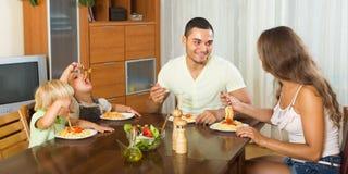 Rodzinny łasowanie spaghetti Zdjęcia Royalty Free