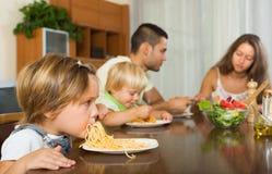 Rodzinny łasowanie spaghetti Zdjęcia Stock