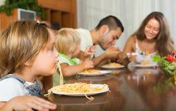 Rodzinny łasowanie spaghetti Zdjęcie Royalty Free