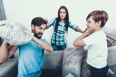 Rodzinny bój z poduszkami i zabawę w domu zdjęcie stock