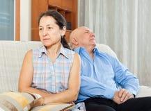 Rodzinny bełt. Dojrzała kobieta ma konflikt z starszym mężczyzna zdjęcie stock
