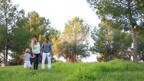 Rodzinny bieg przez łąkę zdjęcie wideo