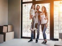 Rodzinny chodzenie w nowym domu zdjęcie royalty free