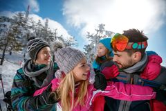 Rodzinny czas w śniegu, śniegu, słońcu i zabawie - narta, Obrazy Royalty Free
