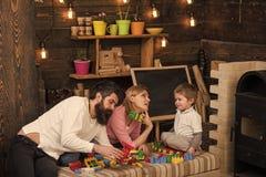 Rodzinny czas wolny Dzieciak z rodzicami bawić się z plastikowymi blokami, budowy budowa Ojcuje, matka i śliczna syn sztuka z Zdjęcie Royalty Free