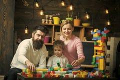Rodzinny czas wolny Dzieciak z rodzicami bawić się z plastikowymi blokami, budowy budowa Ojcuje, matka i śliczna syn sztuka z Obrazy Royalty Free