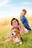 Rodzinny czas wolny z ulubionym zwierzęciem domowym Obraz Stock