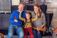 Rodzinny czekanie dla odjazdu przy lotniskiem zdjęcie stock