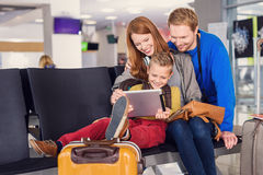 Rodzinny czekanie dla odjazdu przy lotniskiem fotografia stock